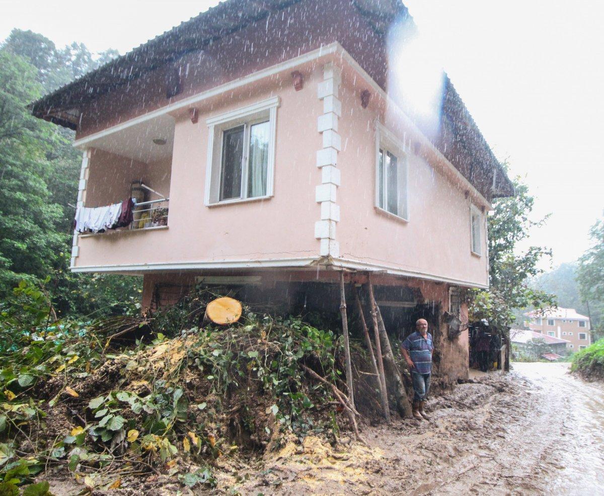 Rize'de yaşanan heyelanda, oturma odasına toprak doldu #4