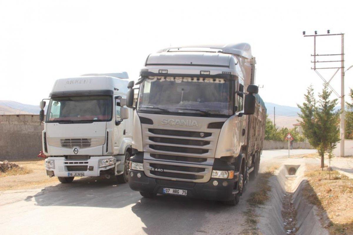 Afyonkarahisar'da tırlara öfkelenen köylüler yolu kapattı #2
