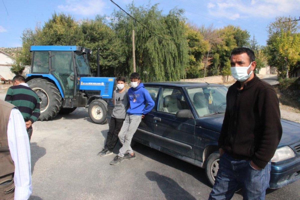 Afyonkarahisar'da tırlara öfkelenen köylüler yolu kapattı #5