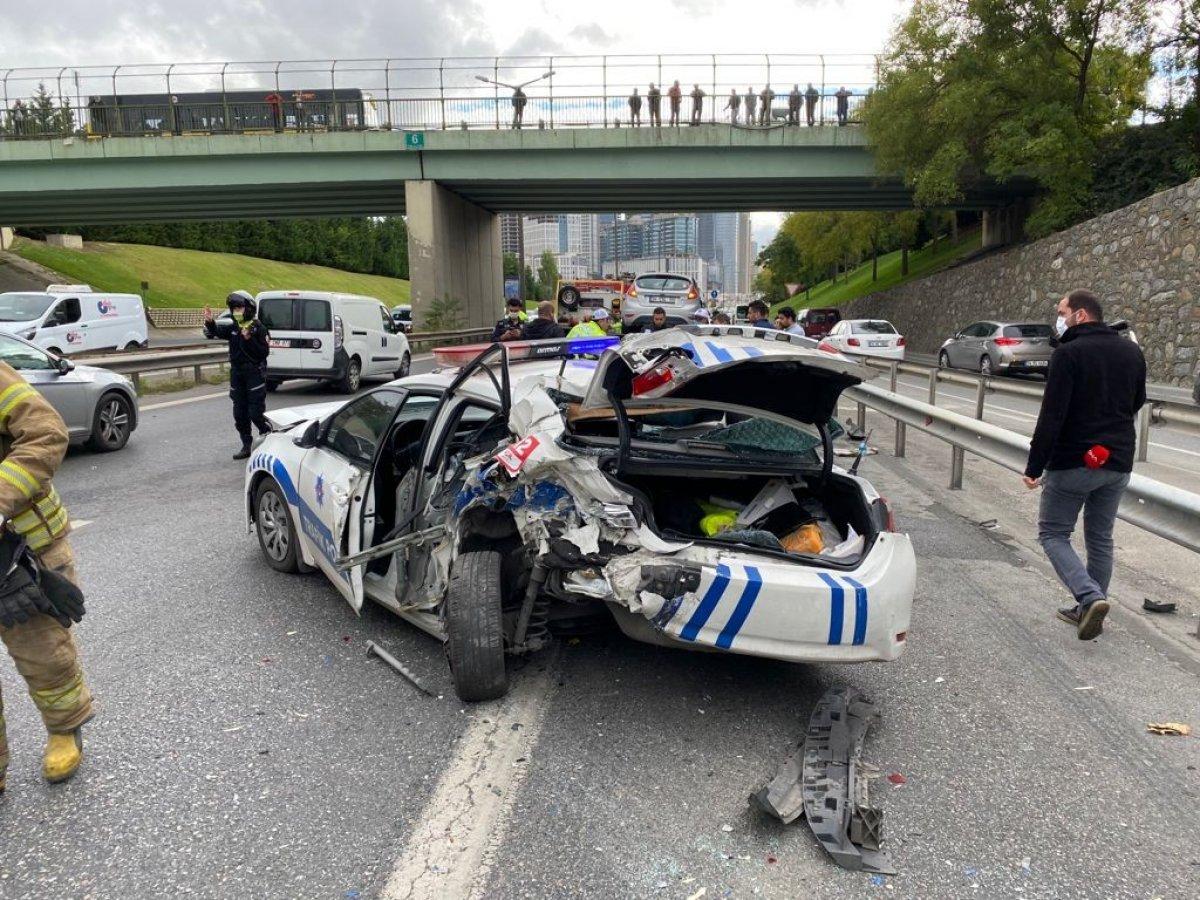İstanbul da araç, polis otosuna çarptı #2