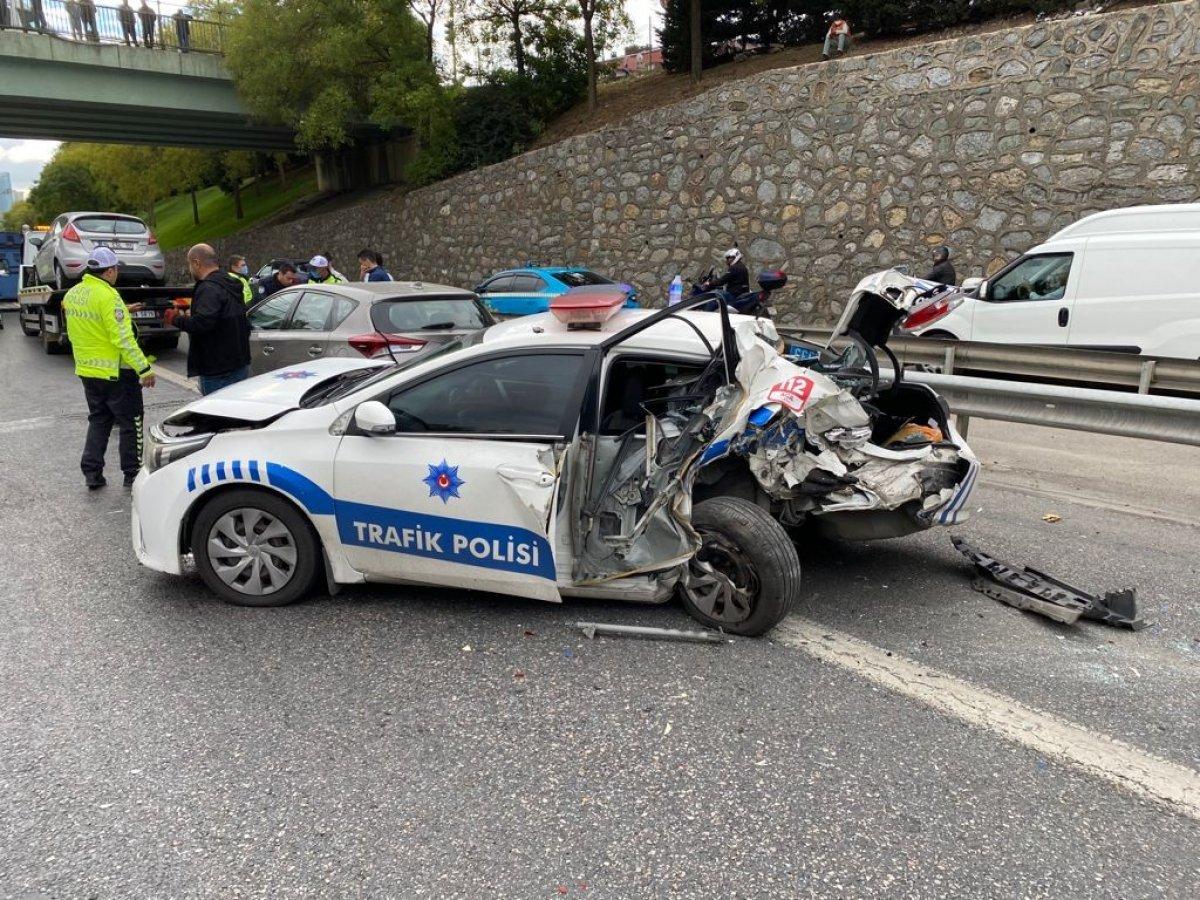 İstanbul da araç, polis otosuna çarptı #1