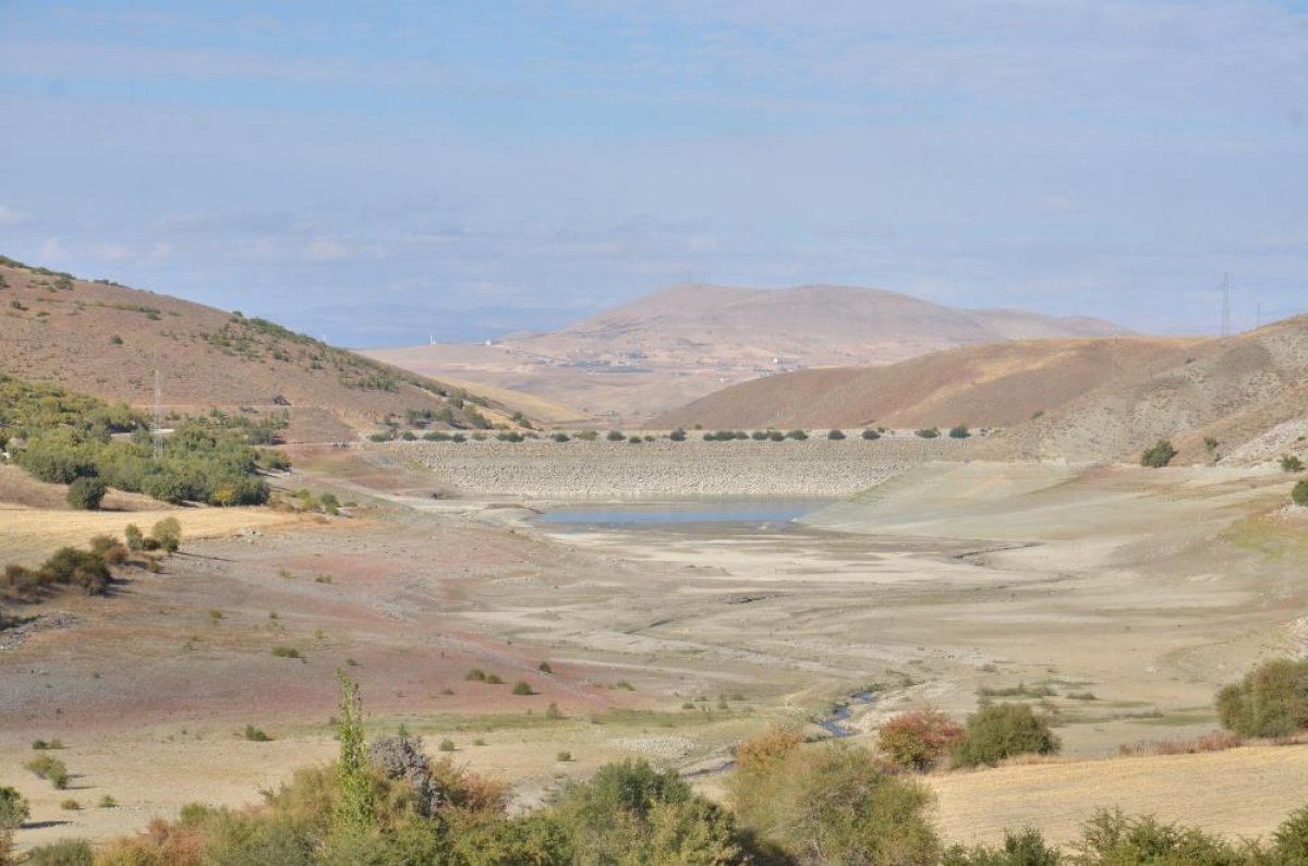 Kahramanmaraş ın 35 yıllık göletinde binlerce metreküp su kurudu #1