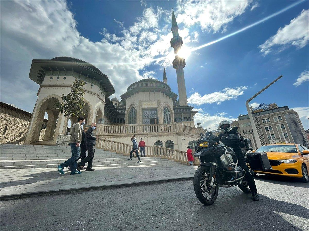 Taksim Camii nin imamı motosikletiyle ilgi odağı oluyor #3