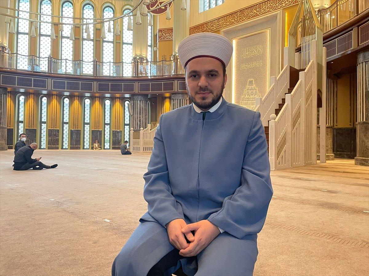 Taksim Camii nin imamı motosikletiyle ilgi odağı oluyor #1