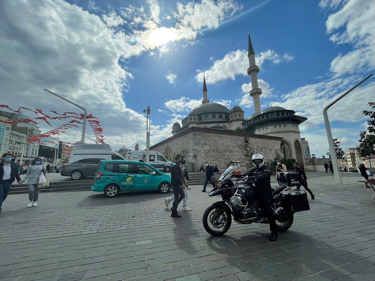 Taksim Camii nin imamı motosikletiyle ilgi odağı oluyor #4