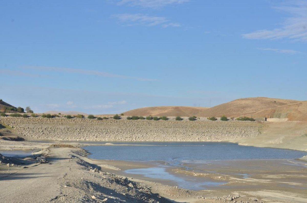 Kahramanmaraş ın 35 yıllık göletinde binlerce metreküp su kurudu #2