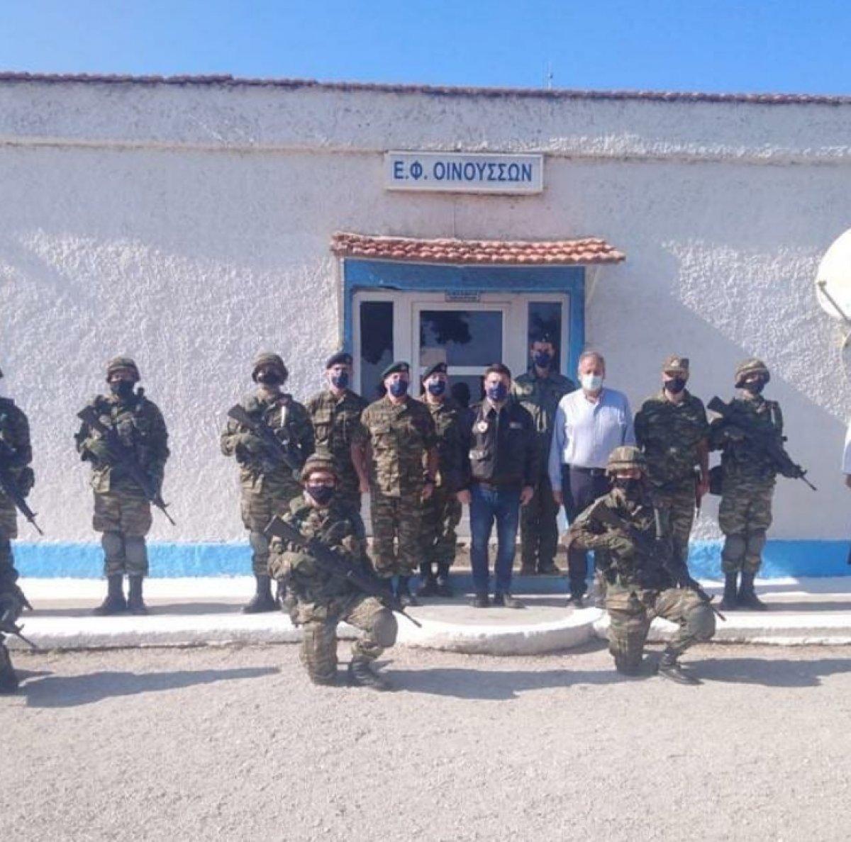 Yunan askerlerinin Koyun Adası ndaki tatbikatı sonrası İzmir li pozu #3