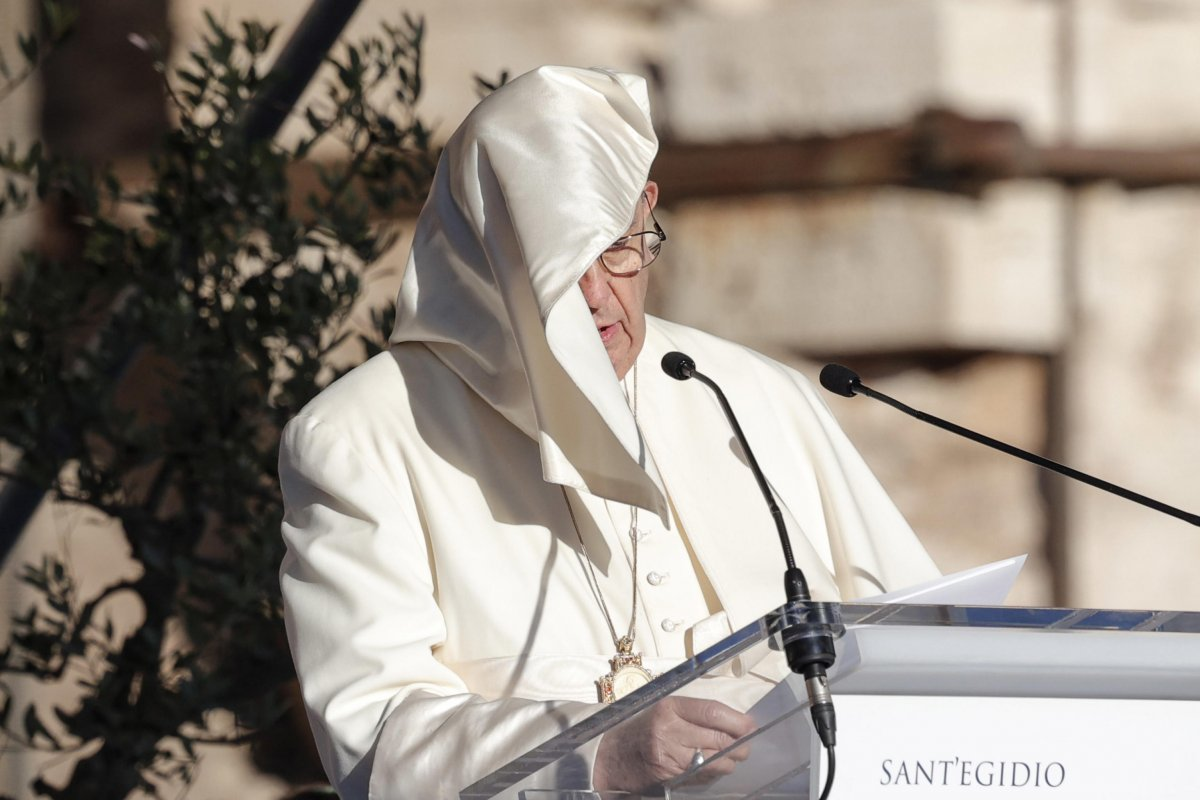 Vatikan'da konuşma yapan Papa Francis'in rüzgarla mücadelesi  #7