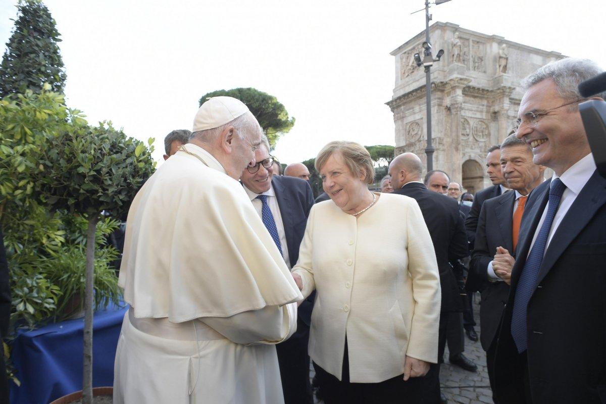 Vatikan'da konuşma yapan Papa Francis'in rüzgarla mücadelesi  #8