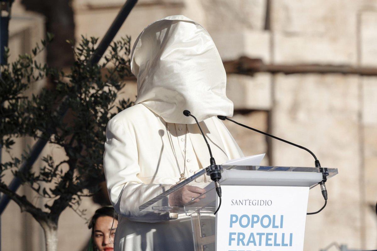 Vatikan'da konuşma yapan Papa Francis'in rüzgarla mücadelesi  #1