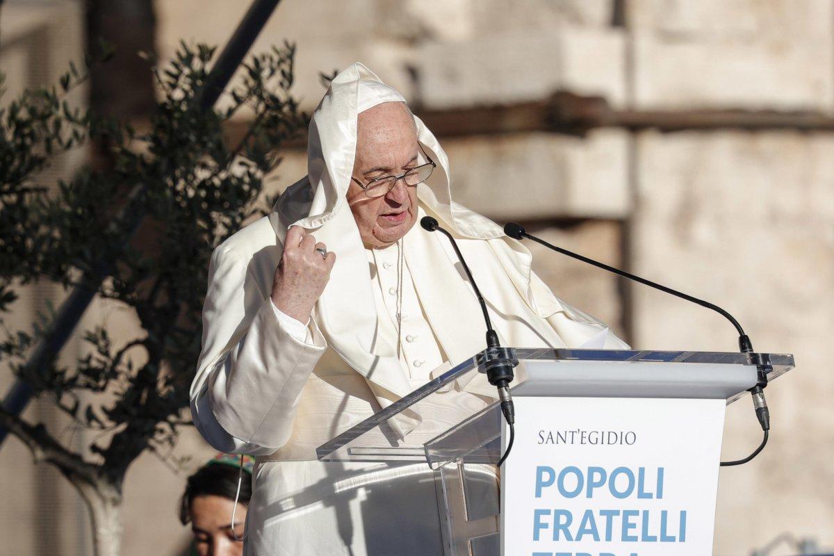 Vatikan'da konuşma yapan Papa Francis'in rüzgarla mücadelesi  #3