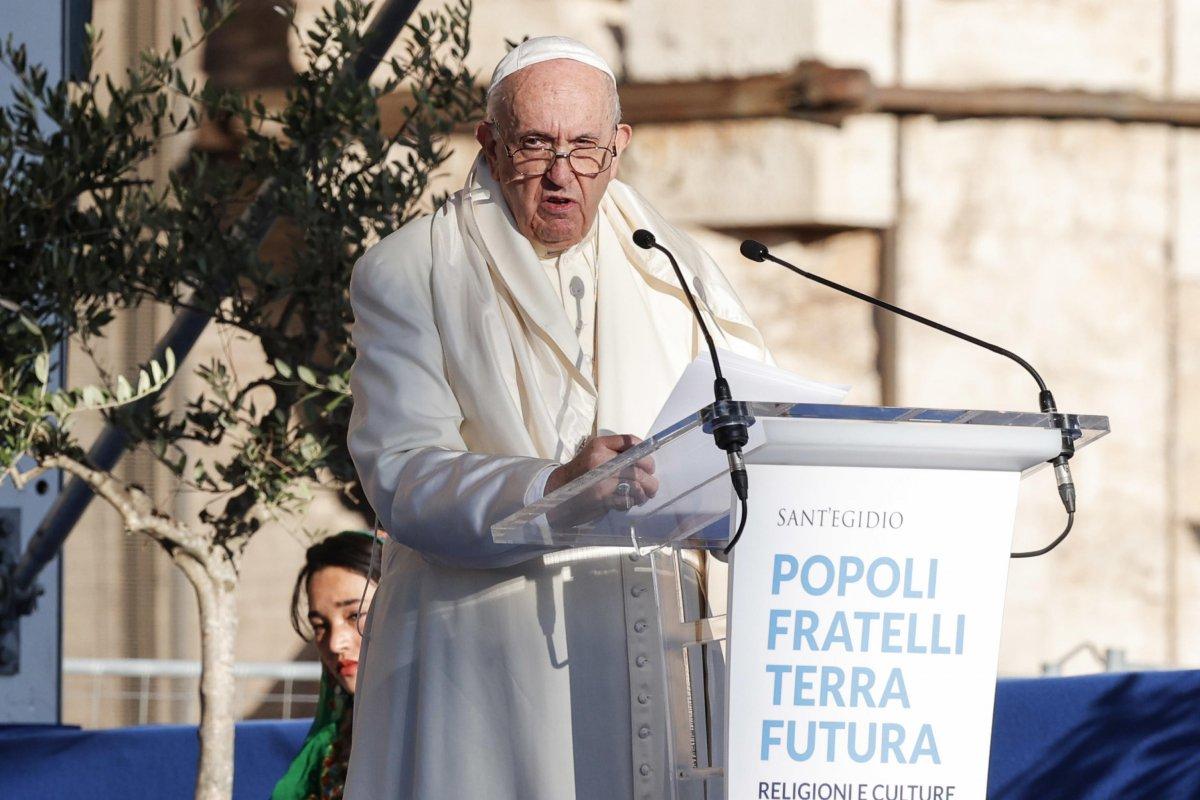 Vatikan'da konuşma yapan Papa Francis'in rüzgarla mücadelesi  #4