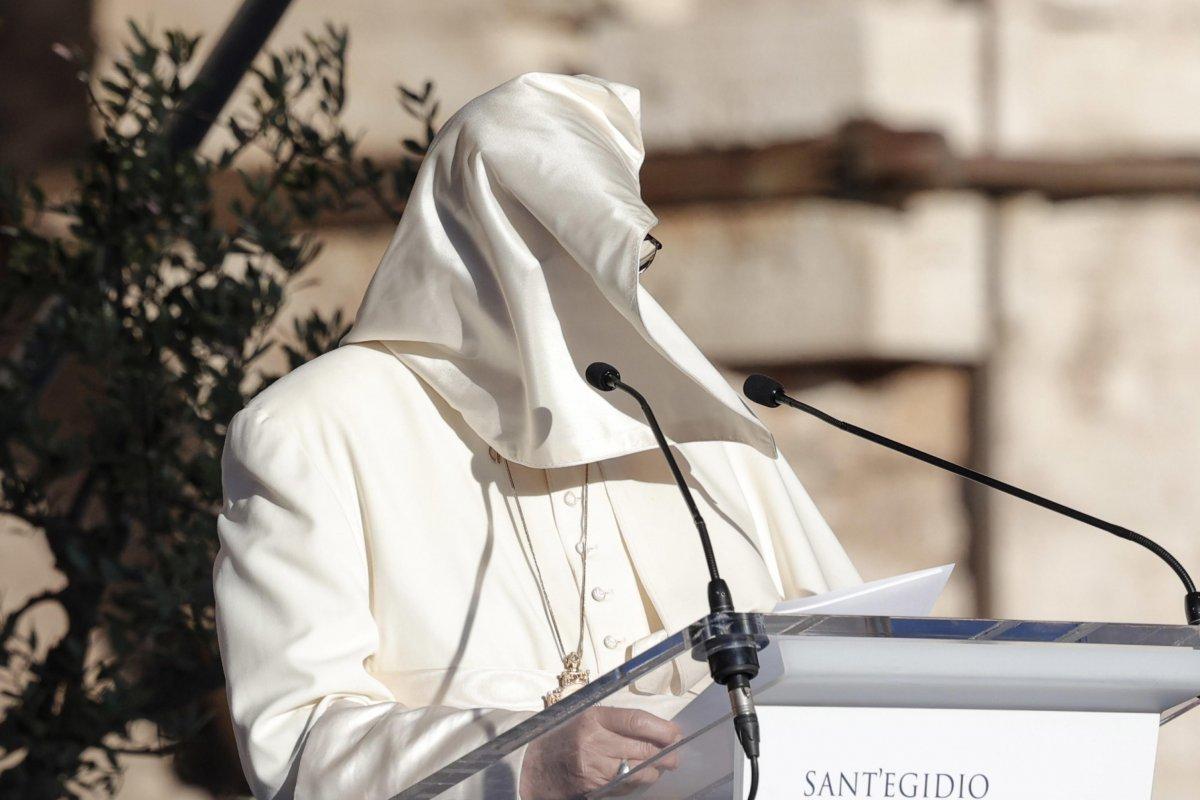 Vatikan'da konuşma yapan Papa Francis'in rüzgarla mücadelesi  #2