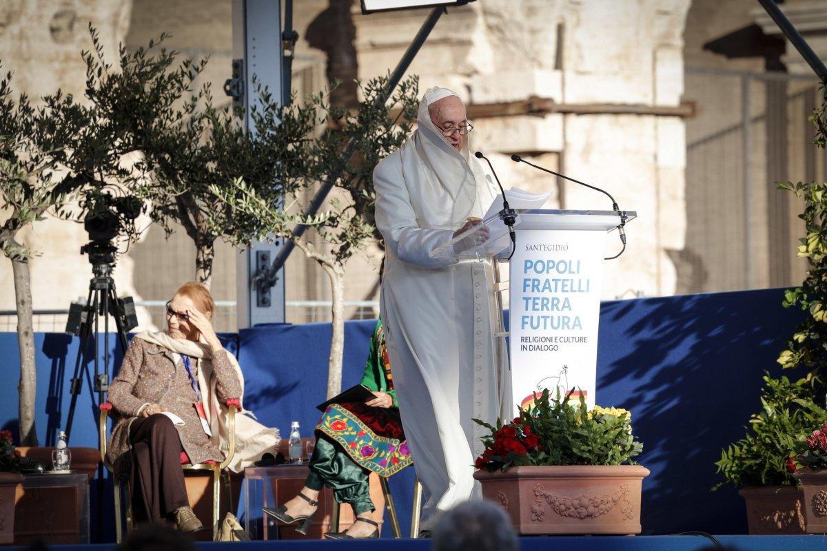 Vatikan'da konuşma yapan Papa Francis'in rüzgarla mücadelesi  #5