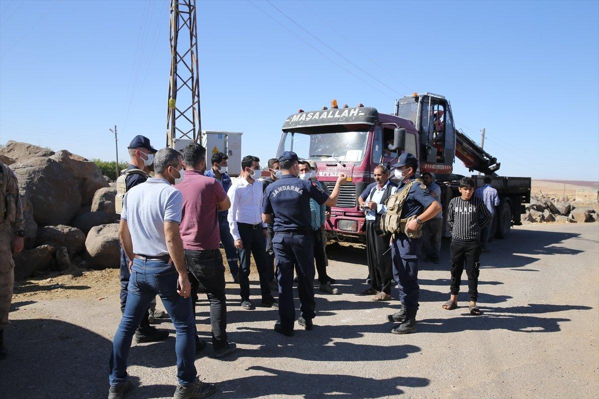 Şanlıurfa da kaçak elektrik kullananlara yapılan denetimde lastik yakıldı #9