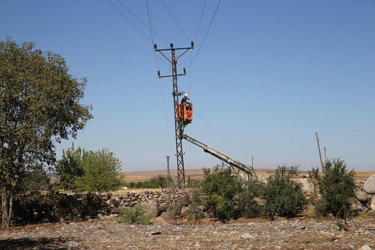 Şanlıurfa da kaçak elektrik kullananlara yapılan denetimde lastik yakıldı #7