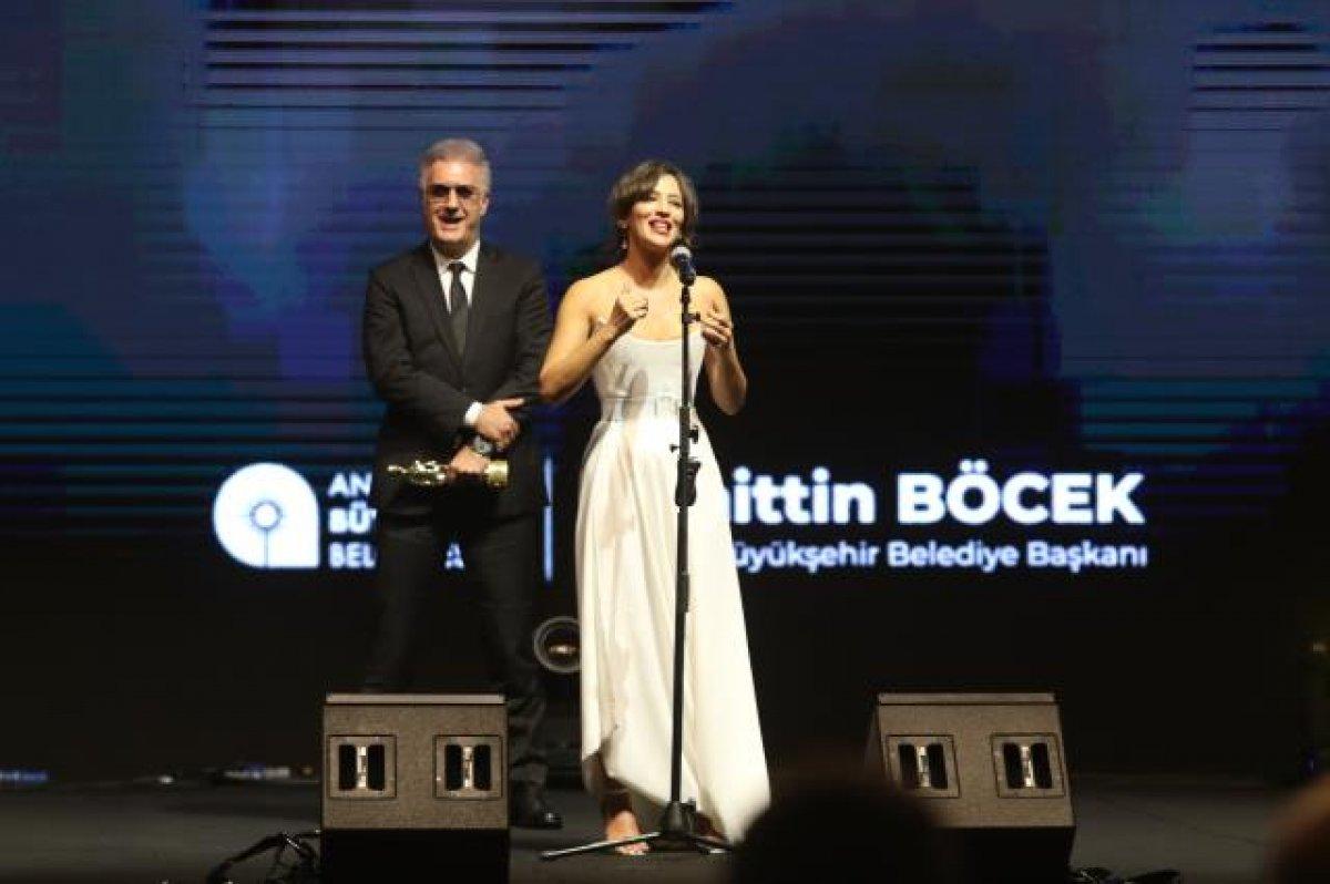 Tamer Karadağlı ve Nihal Yalçın ın  ödül  gerginliği #1