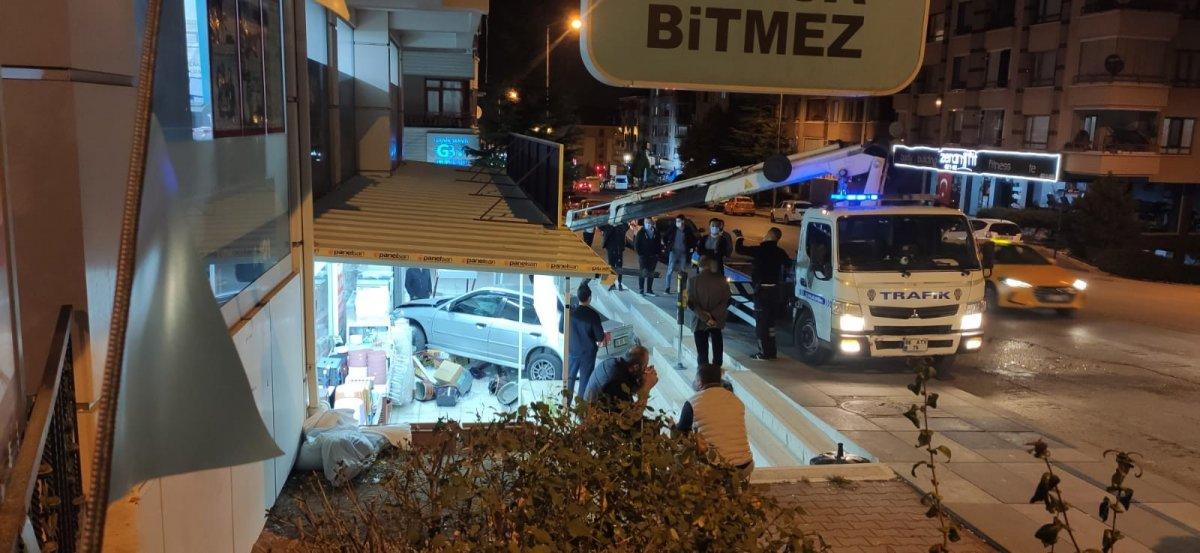 Ankara'da kontrolü kaybetti, hediyelik eşya dükkanına daldı #2