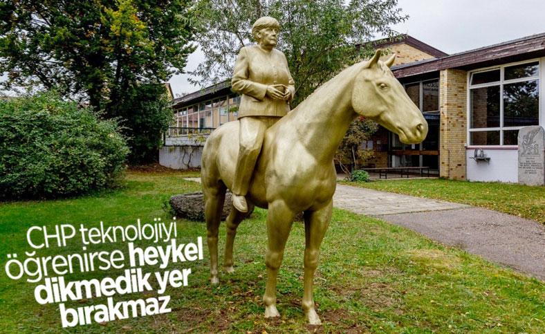 Angela Merkel'in at üstündeki heykeli