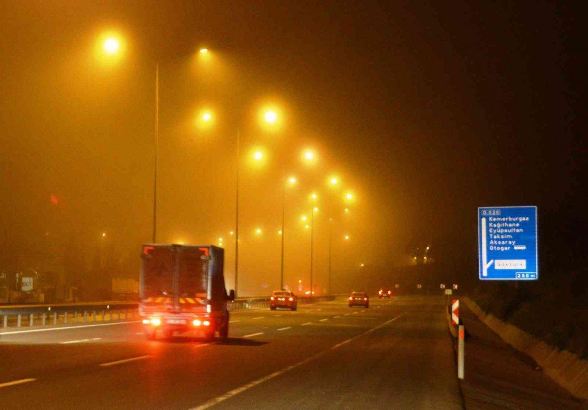 İstanbul'da gece saatlerinde sis etkili oldu #1