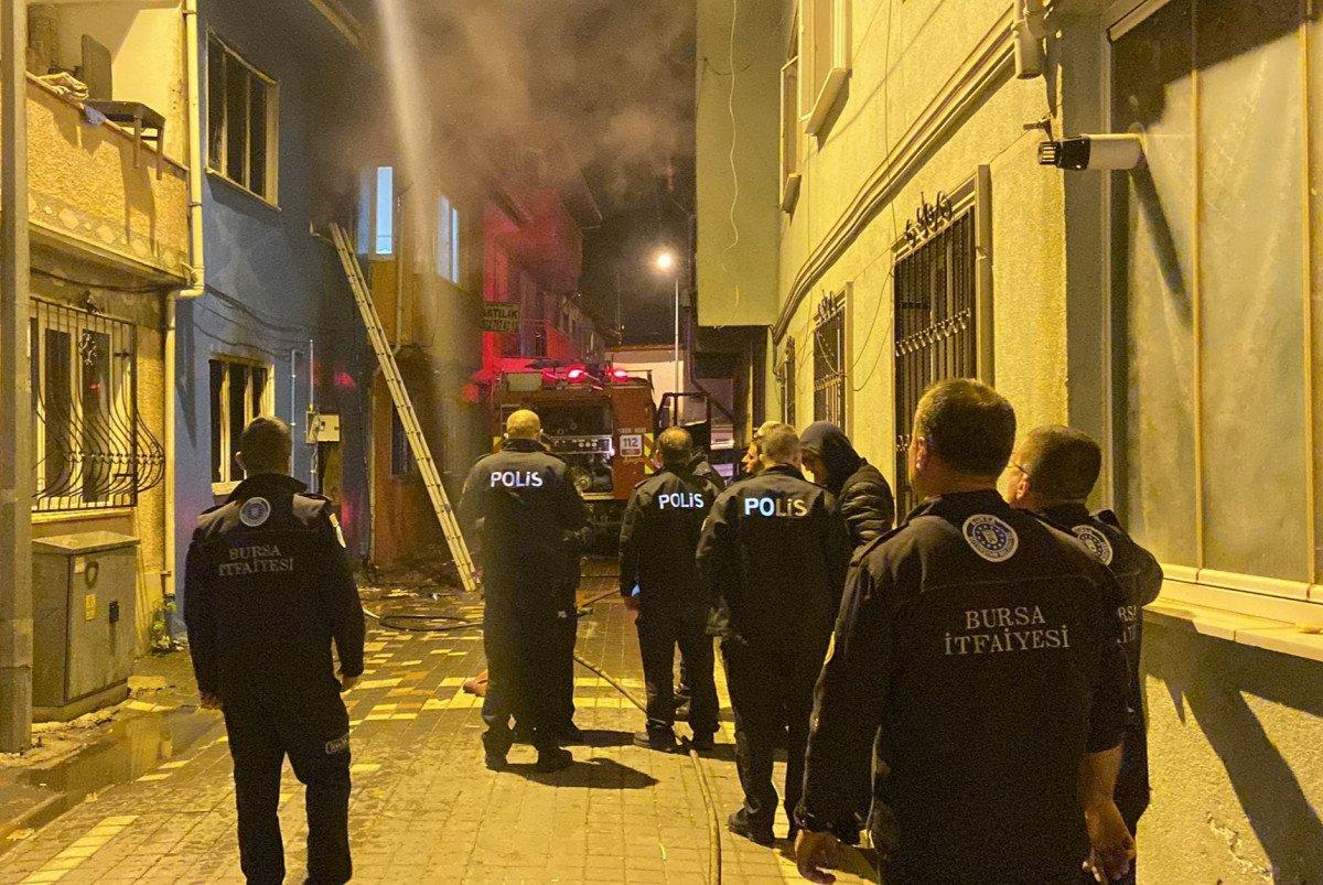 Bursa da yangına müdahale eden itfaiye eri, Türk bayrağını yanmaktan kurtardı #2