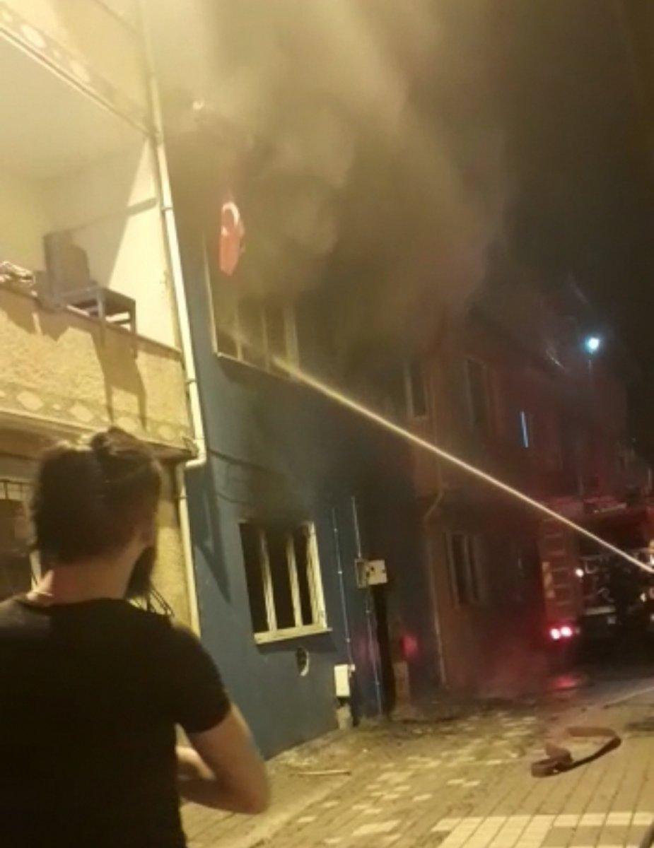 Bursa da yangına müdahale eden itfaiye eri, Türk bayrağını yanmaktan kurtardı #4