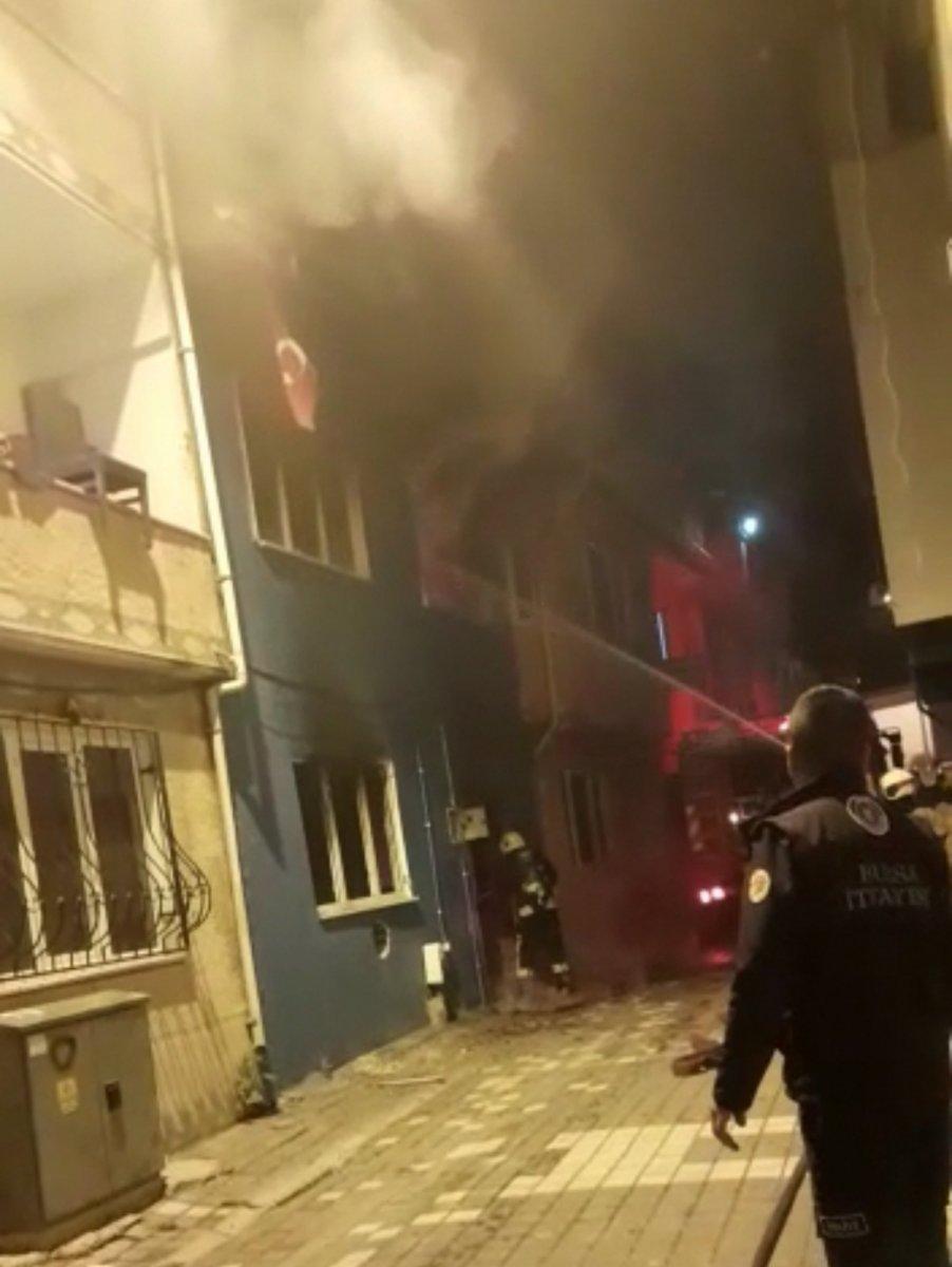 Bursa da yangına müdahale eden itfaiye eri, Türk bayrağını yanmaktan kurtardı #5