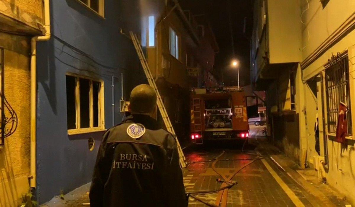 Bursa da yangına müdahale eden itfaiye eri, Türk bayrağını yanmaktan kurtardı #1