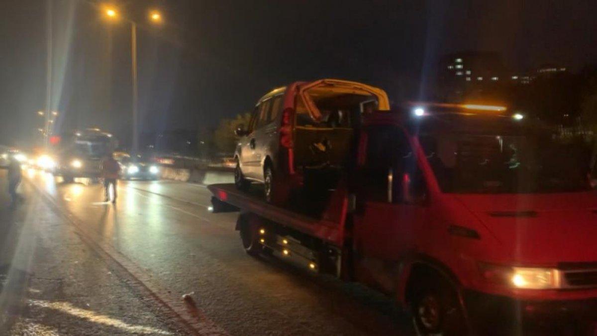 İstanbul da otomobil, bariyere saplandı #4