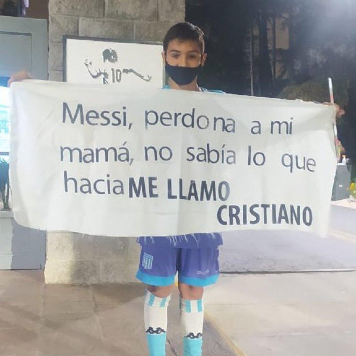 Küçük Arjantinli taraftarın Messi pankartı #2
