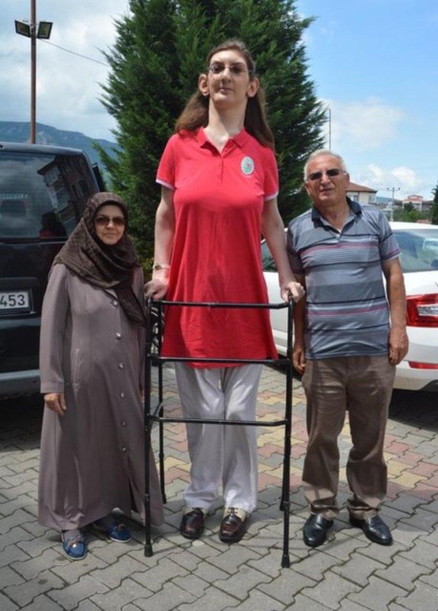 Dünyanın en uzun boylu kadını Rümeysa Gelgi Guinness Rekorlar Kitabı nda #2