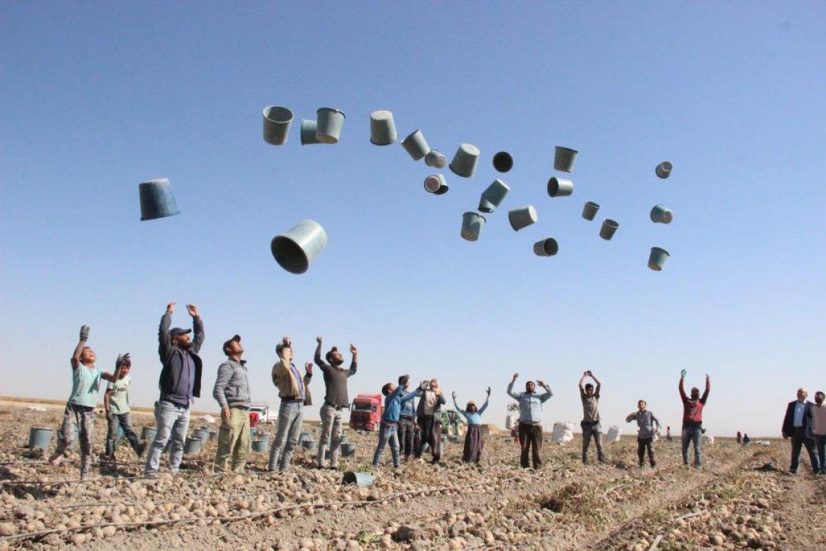 Karaman da çiftçiler patates hasadına kova atma töreni ile başladı #9