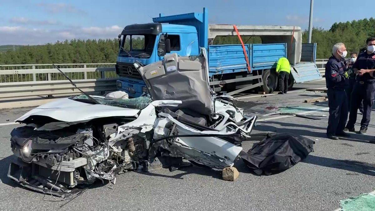 Beykoz da feci kaza: Kamyon otomobilin üzerine devrildi #5