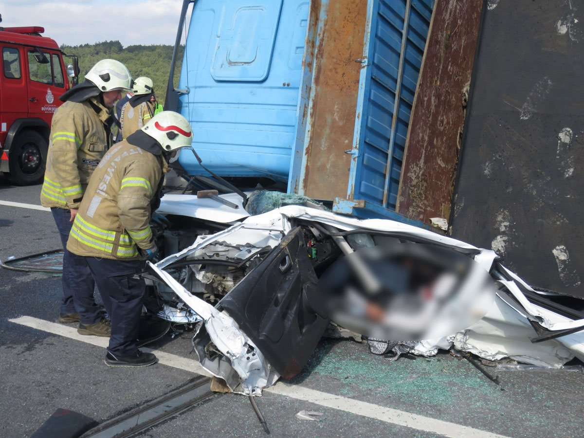 Beykoz da feci kaza: Kamyon otomobilin üzerine devrildi #3