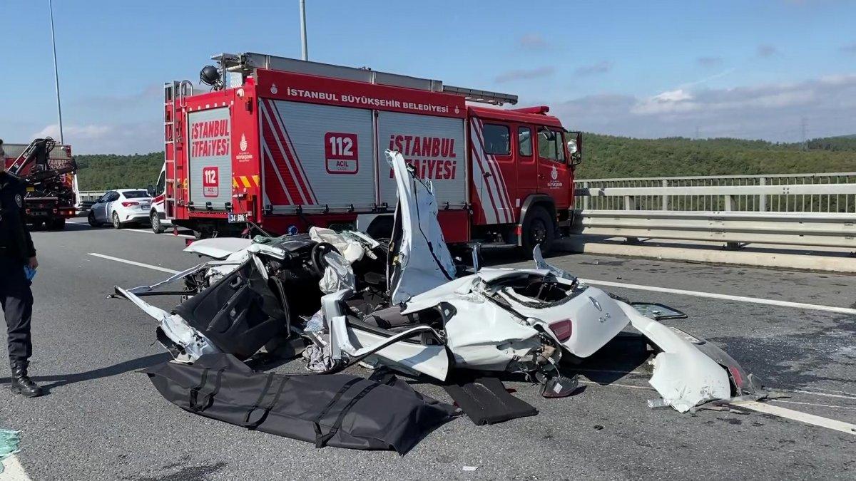 Beykoz da feci kaza: Kamyon otomobilin üzerine devrildi #6