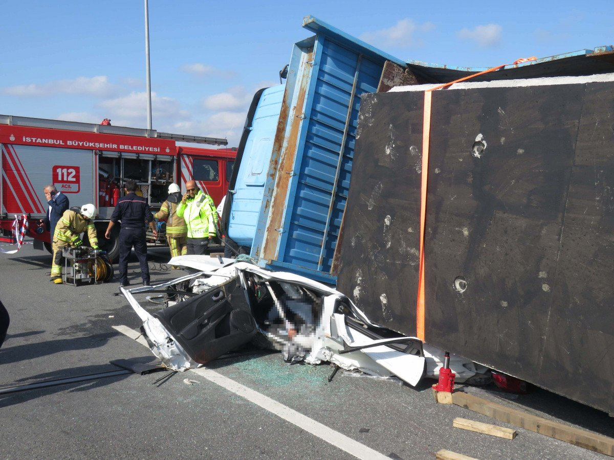 Beykoz da feci kaza: Kamyon otomobilin üzerine devrildi #4