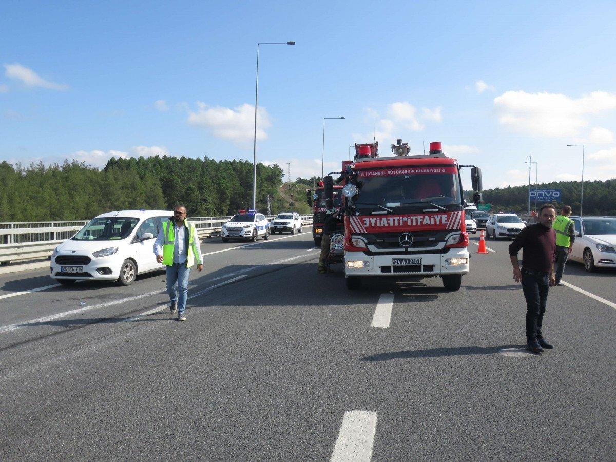 Beykoz da feci kaza: Kamyon otomobilin üzerine devrildi #7