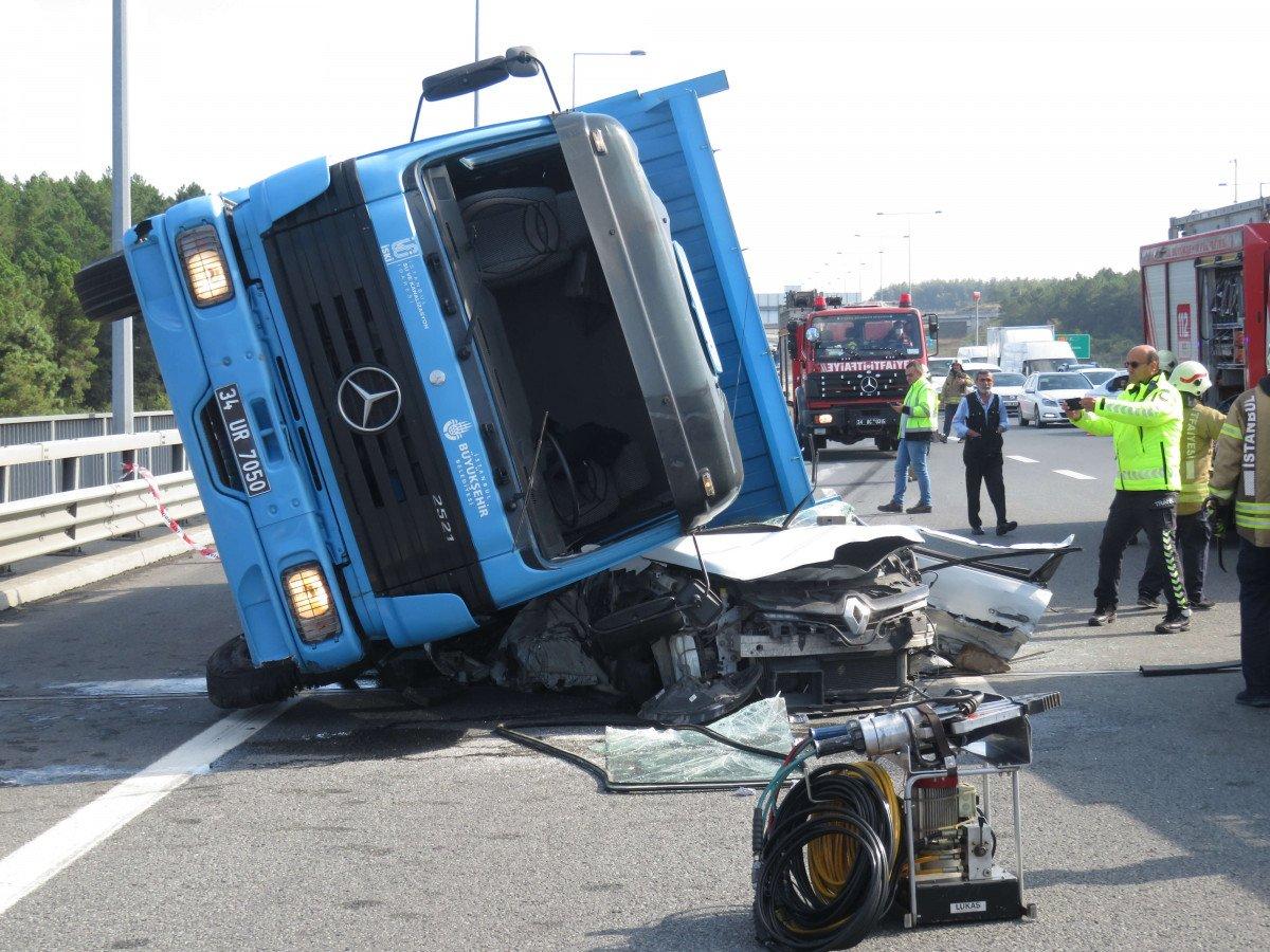 Beykoz da feci kaza: Kamyon otomobilin üzerine devrildi #1
