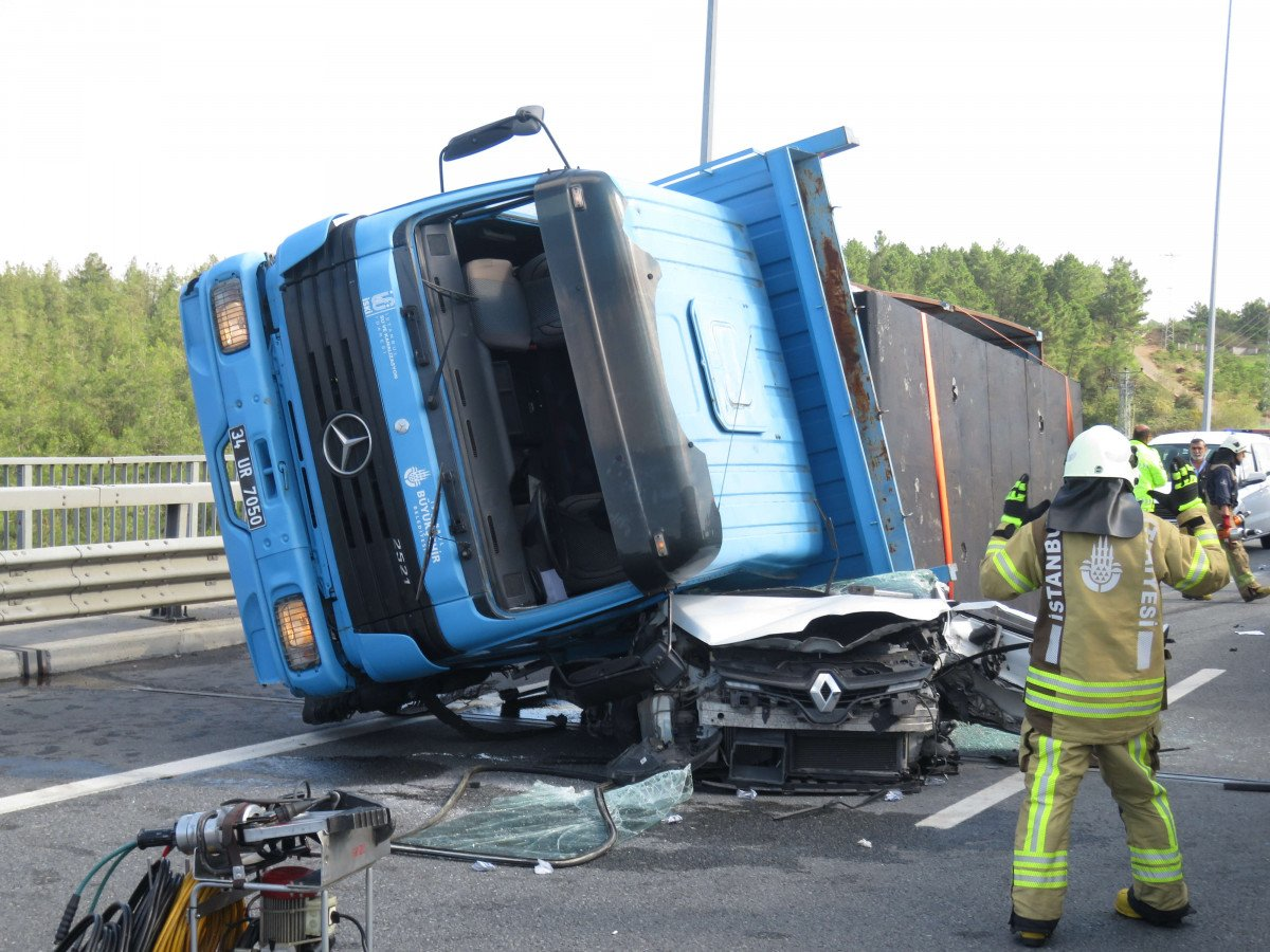 Beykoz da feci kaza: Kamyon otomobilin üzerine devrildi #2