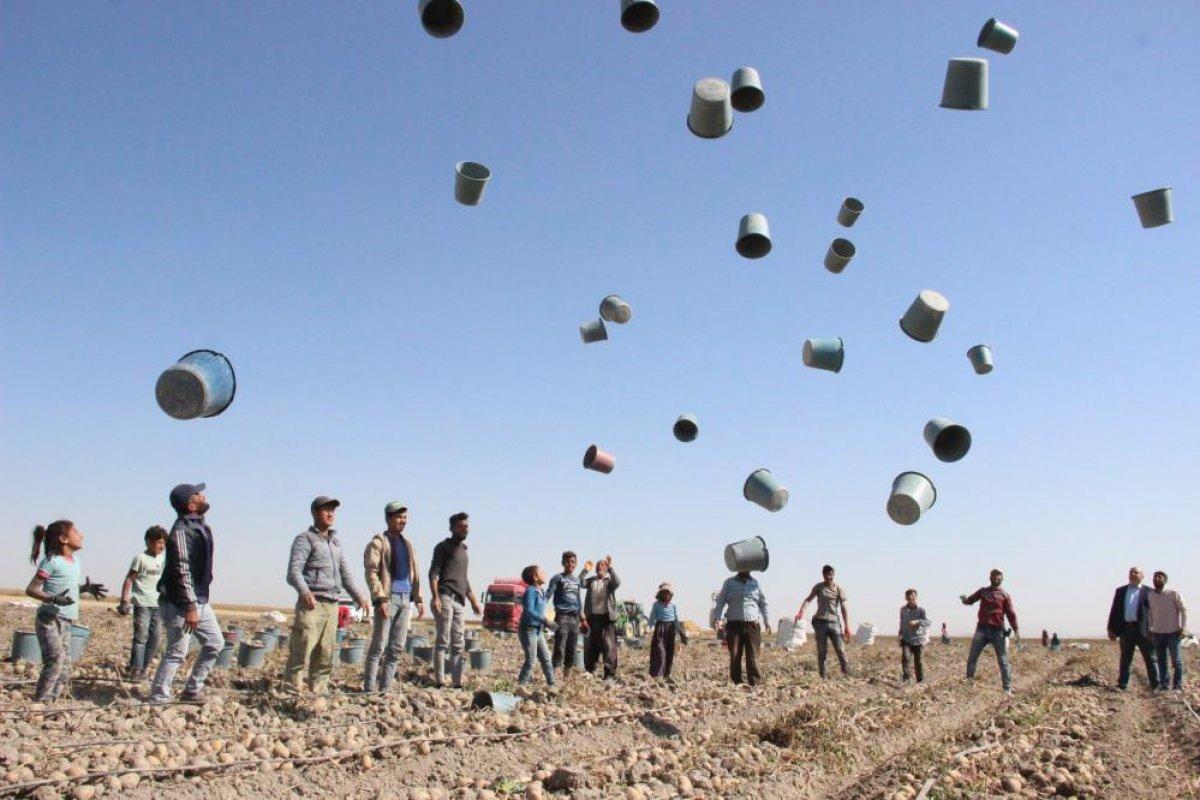 Karaman da çiftçiler patates hasadına kova atma töreni ile başladı #1