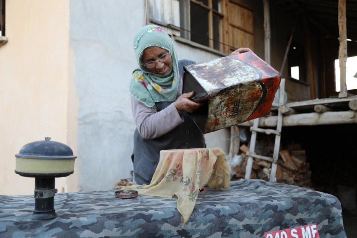 Ankara da 74 yaşındaki eşini kaybettikten sonra bahçe işleriyle kendisi uğraşıyor #1