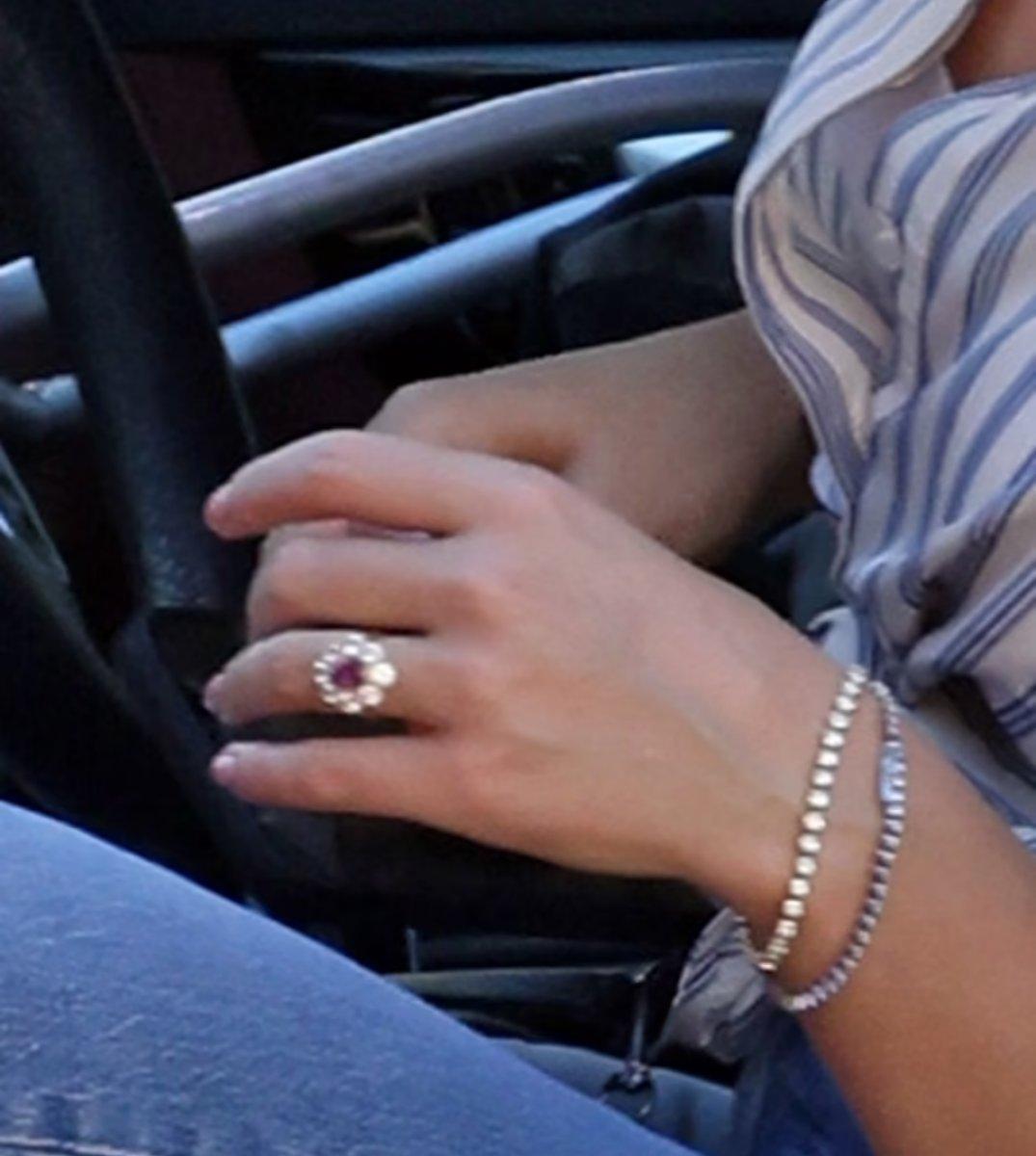 Katy Perry, 5 milyon dolarlık nişan yüzüğüyle görüntülendi #2