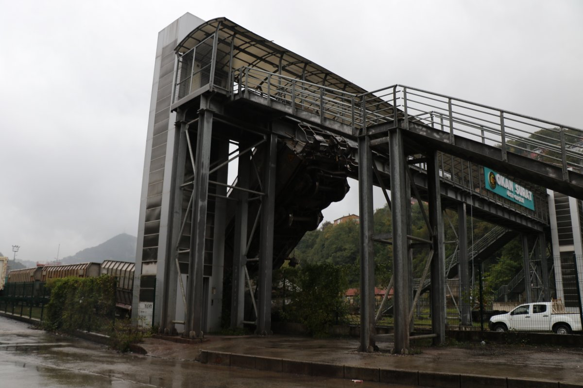 Zonguldak'ta, raydan çıkan vagon üst geçide saplandı  #4