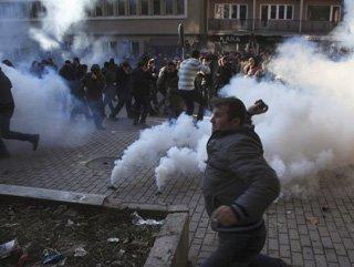 Kosova'da öğrenci protestoları: 71 yaralı