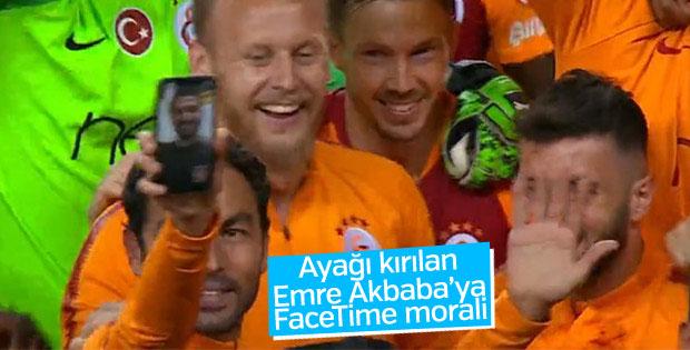 G.Saraylı futbolcular kupa sevincini Emre'yle paylaştı