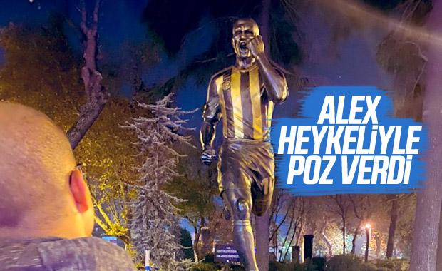 Alex de Souza, Kadıköy'deki heykeliyle poz verdi