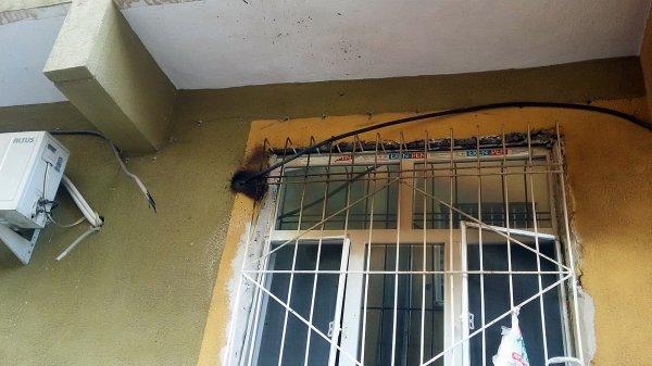 Kaçak elektrik çekmek isterken akıma kapıldı