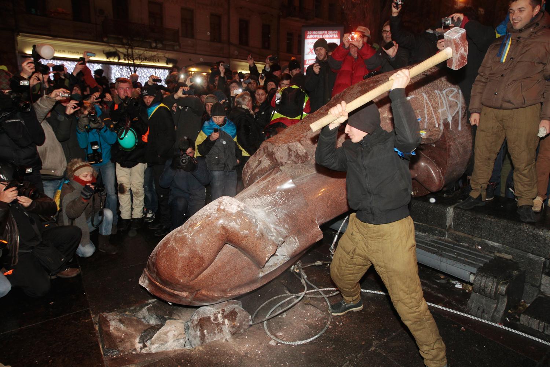 Kiev'de Lenin heykeli yerine altın klozet