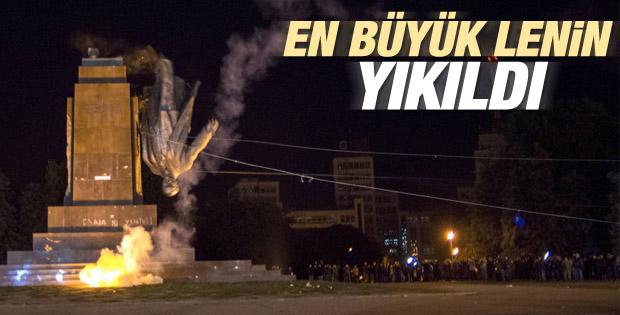 Ukrayna'da dev Lenin heykeli yıkıldı