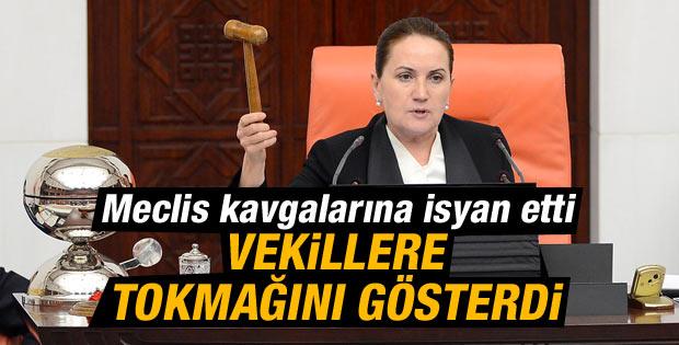 Meral Akşener milletvekillerine tokmak salladı